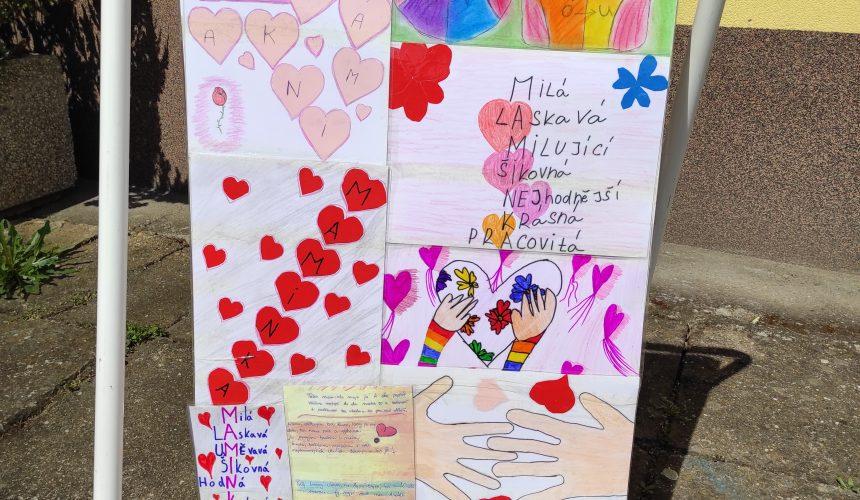 Malá výstava ke Dni matek – přijďte se podívat před školu